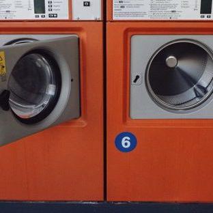 コインランドリー洗濯機赤の Apple Watch 文字盤壁紙