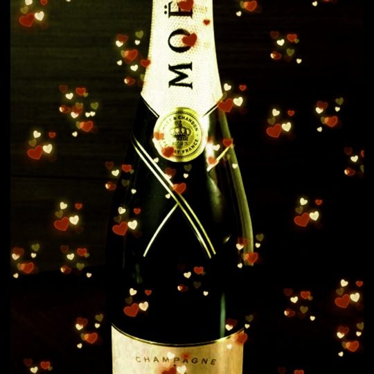 Moet et Chandon Heart Android SmartPhone Wallpaper