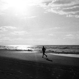 Landscape sea Running people monochrome iPad / Air / mini / Pro Wallpaper