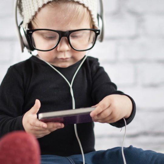 El bebé lindo de los vidrios de teléfonos inteligentes Fondo de Pantalla SmartPhone para Android