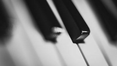 Piano keren hitam-putih