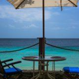 pemandangan laut payung biru pantai
